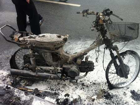 Hà Nội: Xe máy cháy trơ khung giữa trời mưa - 2