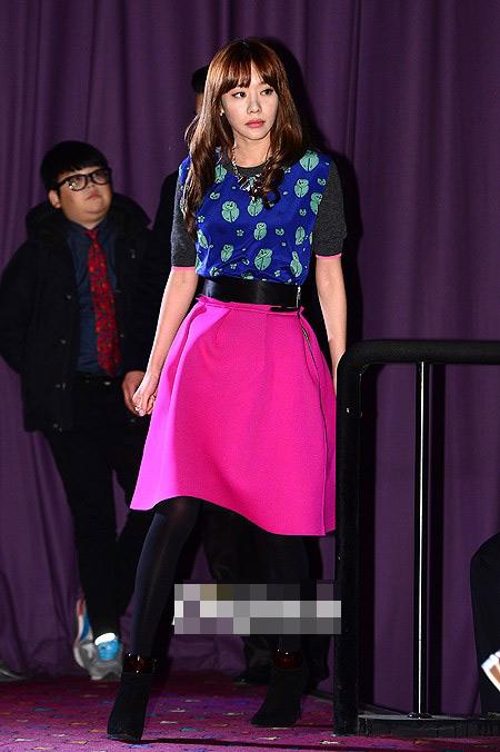 Sao Hàn loay hoay giữ váy - 9