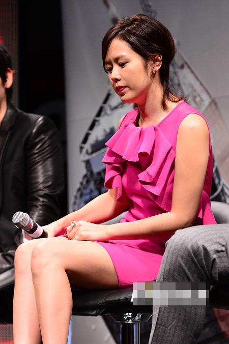 Sao Hàn loay hoay giữ váy - 3