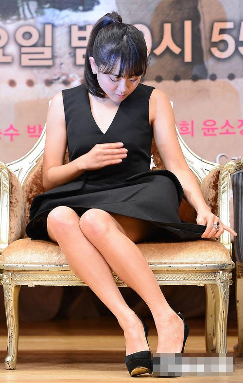 Sao Hàn loay hoay giữ váy - 6