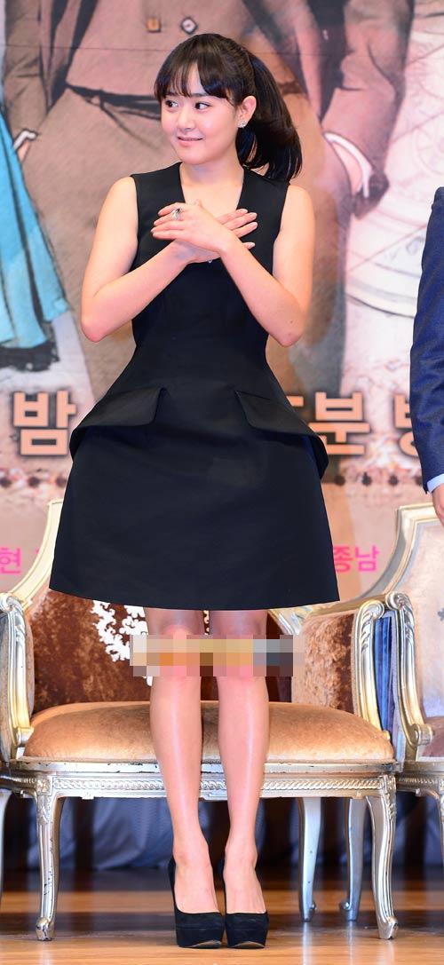 Sao Hàn loay hoay giữ váy - 7