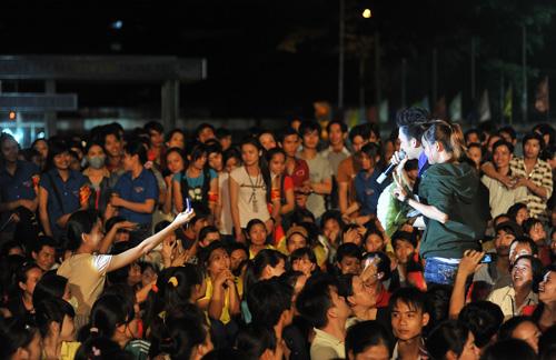 Quá sung, Dương Triệu Vũ cởi áo tặng fan - 16