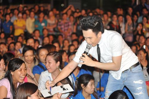 Quá sung, Dương Triệu Vũ cởi áo tặng fan - 9