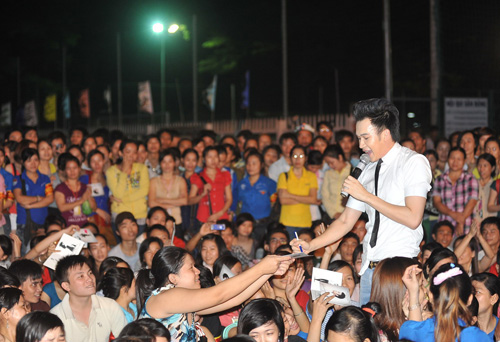 Quá sung, Dương Triệu Vũ cởi áo tặng fan - 8