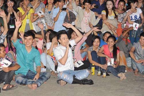 Quá sung, Dương Triệu Vũ cởi áo tặng fan - 10