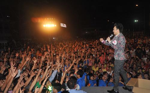 Quá sung, Dương Triệu Vũ cởi áo tặng fan - 12