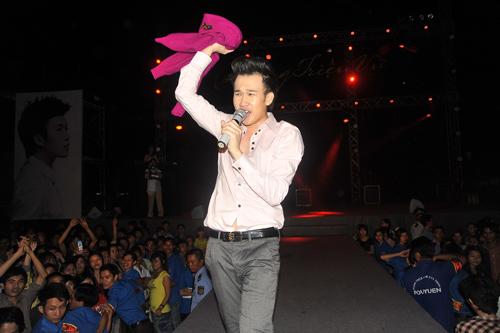 Quá sung, Dương Triệu Vũ cởi áo tặng fan - 3
