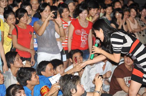 Quá sung, Dương Triệu Vũ cởi áo tặng fan - 15