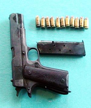 Tám người đi tù vì một khẩu súng - 2