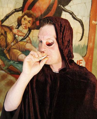 Dùng hốc mắt để hút thuốc, uống bia - 4