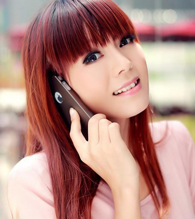 Vẻ đẹp trong sáng và dịu dàng của thiếu nữ càng tôn lên sự thanh lịch và sang trọng của dòng smartphone cao cấp iPhone của Apple
