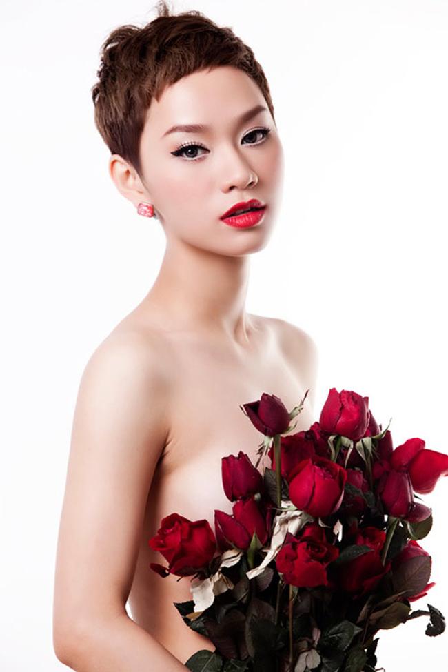 … đến bộ ảnh bán nude bên hoa hồng.