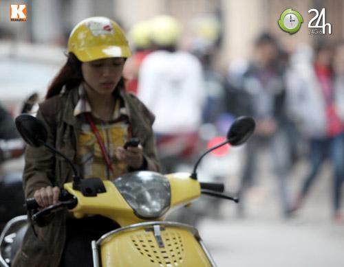 Thanh niên lái xe hồn nhiên nghe điện thoại - 10