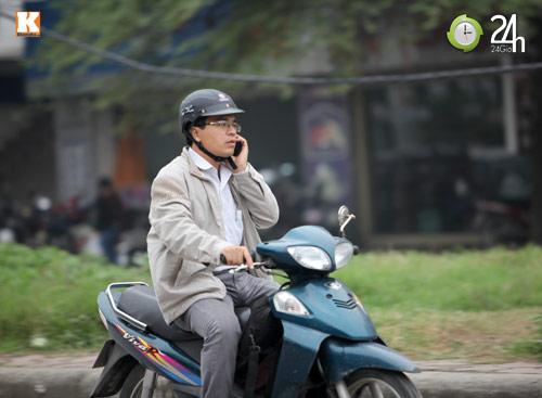 Thanh niên lái xe hồn nhiên nghe điện thoại - 11