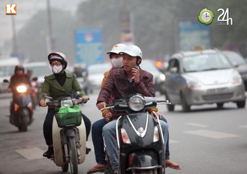 Thanh niên lái xe hồn nhiên nghe điện thoại - 1