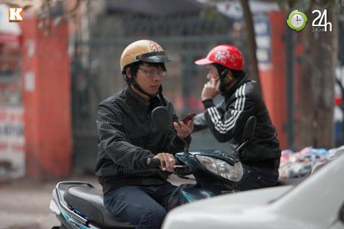 Thanh niên lái xe hồn nhiên nghe điện thoại - 3