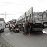 Tai nạn giao thông - Nữ sinh bị xe cán, tài xế xe buýt dửng dưng