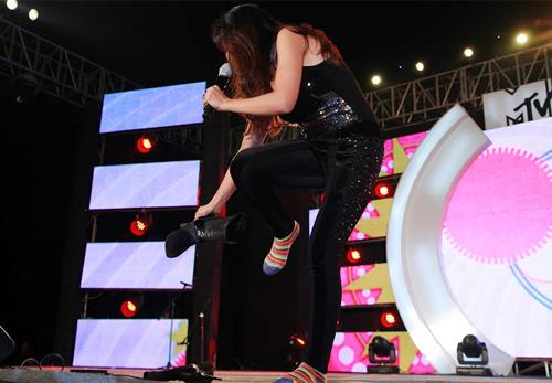Quá sung, Đoan Trang cởi giày để hát - 5
