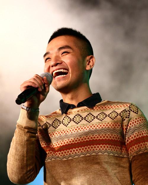 Quá sung, Đoan Trang cởi giày để hát - 14