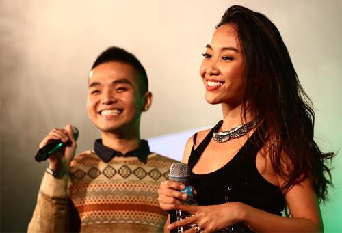 Quá sung, Đoan Trang cởi giày để hát - 3