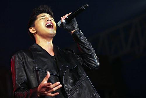 Quá sung, Đoan Trang cởi giày để hát - 8