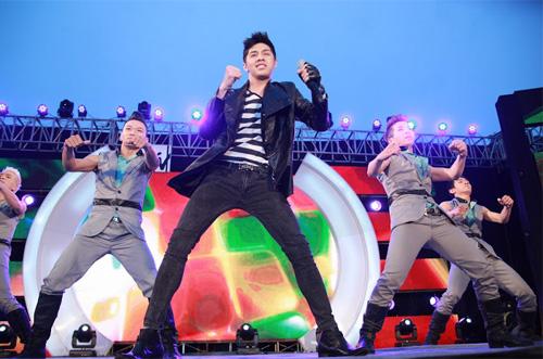 Quá sung, Đoan Trang cởi giày để hát - 10