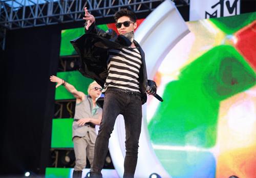 Quá sung, Đoan Trang cởi giày để hát - 11