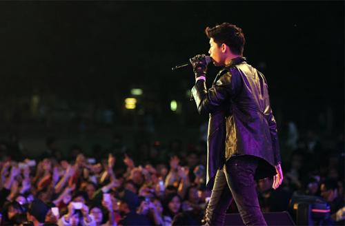Quá sung, Đoan Trang cởi giày để hát - 9