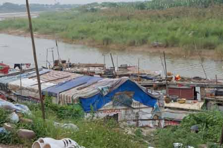 Xóm Robinson 30 năm mắc cạn giữa sông Hồng - 1