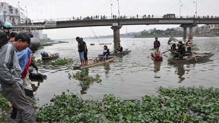 Xác người bị buộc gạch, trôi nổi dưới sông - 1