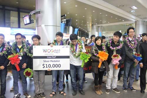 ĐT eSports VN được chào đón tại sân bay - 4