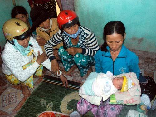 Bé gái sơ sinh bị bỏ rơi giữa ruộng - 1