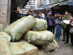 Bắt 6 tấn quần áo lậu tại chợ Đồng Xuân - 1