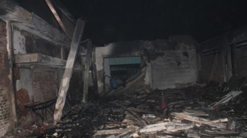 Cháy, nhà xưởng rộng 600m2 đổ sập - 1