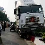 Tin tức trong ngày - Lao xe lên dải phân cách tránh đâm trăm người