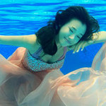 Thời trang - Hoàng Oanh nhắm mắt khi diễn dưới nước