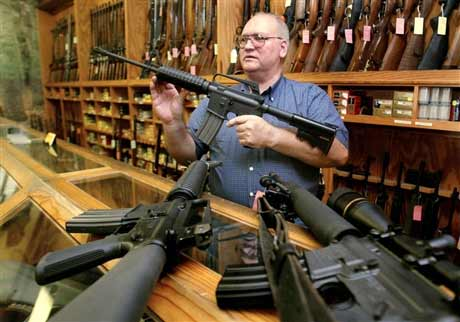 Tổng thống Mỹ ủng hộ dự luật cấm dùng vũ khí - 1