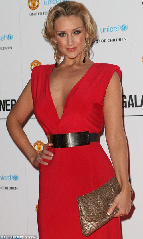 Nữ diễn viên U70 ăn mặc quá đà! - 8