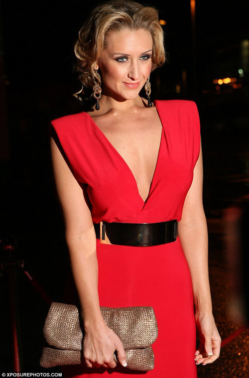 Nữ diễn viên U70 ăn mặc quá đà! - 11