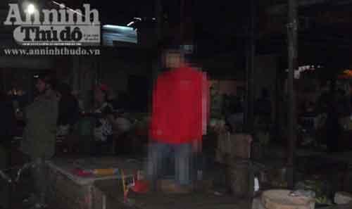 Một thanh niên treo cổ tự tử giữa chợ - 1