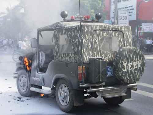 Xe Jeep biển số xanh bốc cháy giữa phố - 2