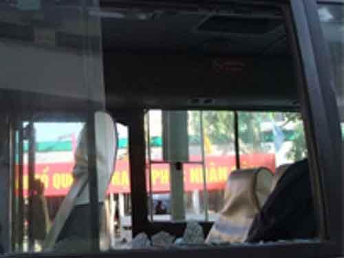 20 hành khách chui xuống gầm ghế trốn côn đồ - 2