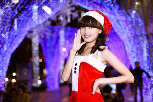 Hot girl Phương Đông xinh tươi trên phố Noel - 1