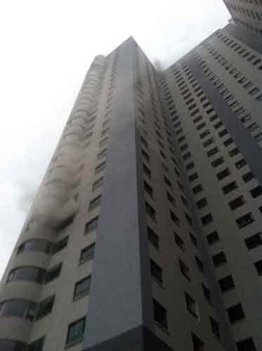 Cháy chung cư 31 tầng, cả trăm người bỏ chạy - 1