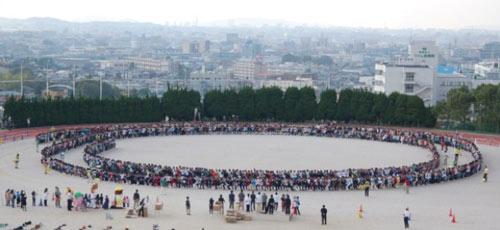 1.300 người ngồi trên 1 chiếc ghế - 1