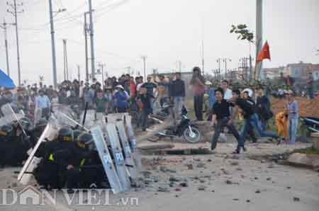 Bắt khẩn cấp bốn kẻ ném đá tấn công cảnh sát - 1