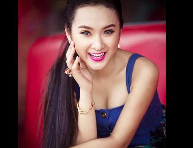 Không chú trọng những điểm nhấn ở mắt, lông mày, Angela Phương Trinh chọn bờ môi để làm nổi bật gương mặt tây.