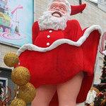 Phi thường - kỳ quặc - Bức tượng ông già Noel... tốc váy
