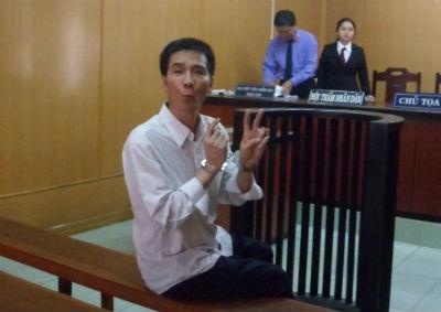 Phiên xử giết người phải hoãn vì bị cáo hát giữa tòa