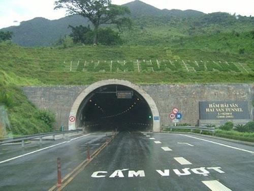 """""""Bí mật"""" trong hầm đường bộ Hải Vân - 1"""